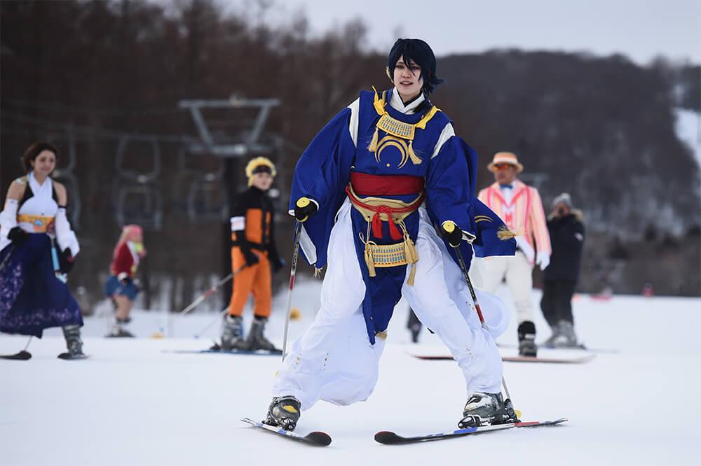 スキーを滑るコスプレイヤー01