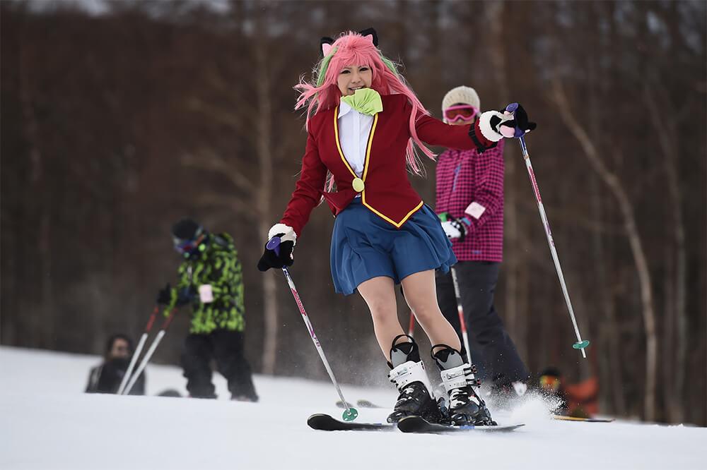 スキーを滑るコスプレイヤー02