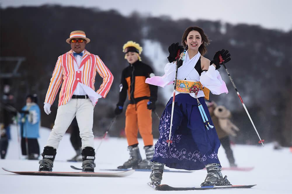 スキーを滑るコスプレイヤー03