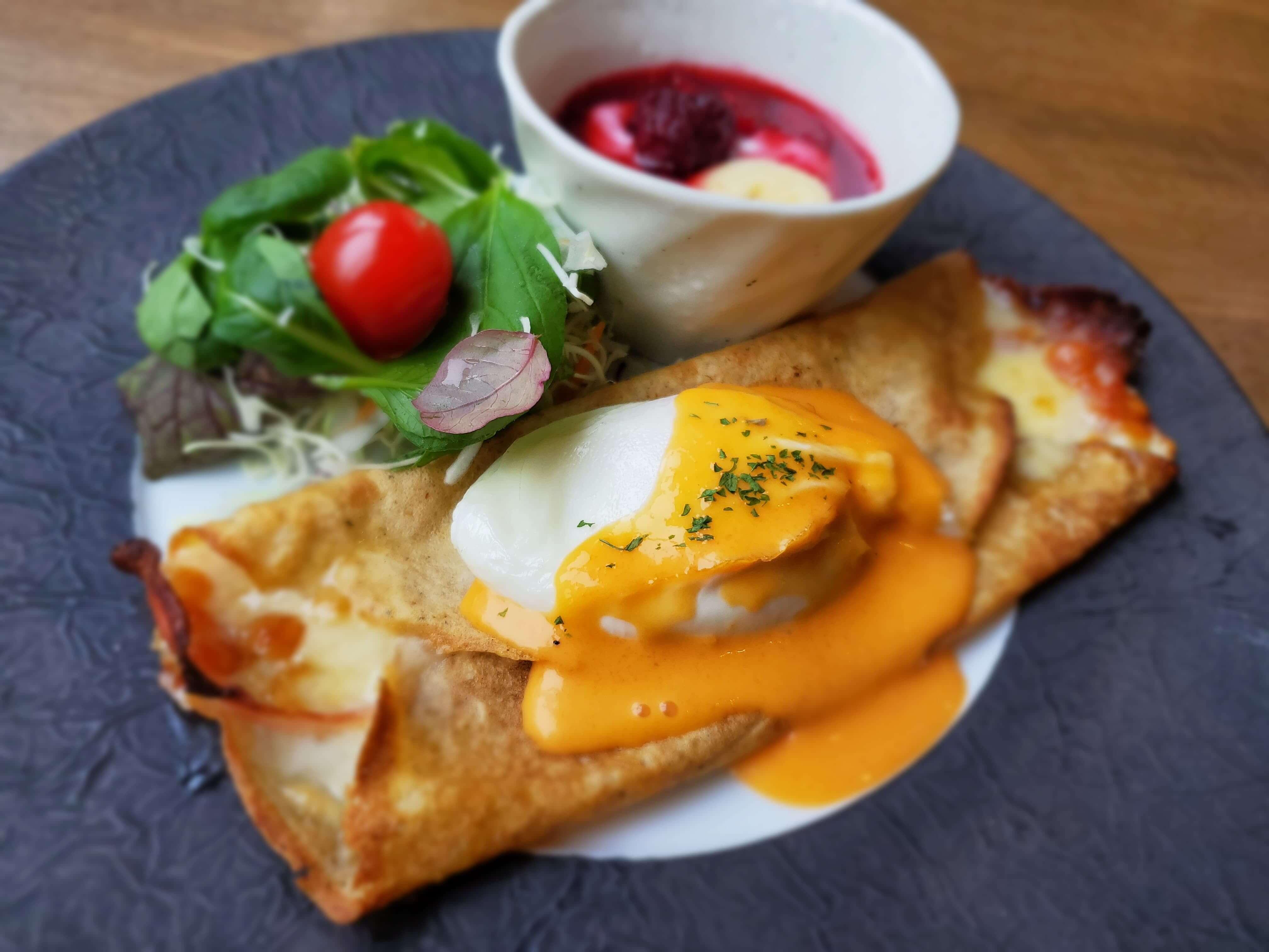 菱野温泉薬師館の朝食で出る「選べる朝食プレートと館内焼き立てクロワッサン」