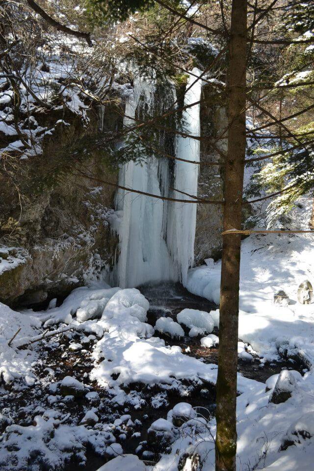 菱野温泉薬師館のコスプレ撮影できる滝の風景