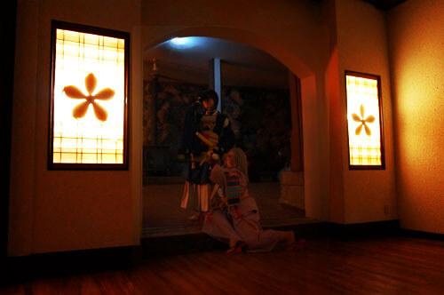 菱野温泉薬師館の客室で撮影するコスプレイヤー