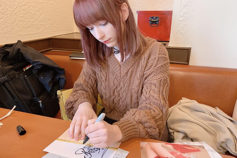 サインするコスプレイヤーのケーキ姫01