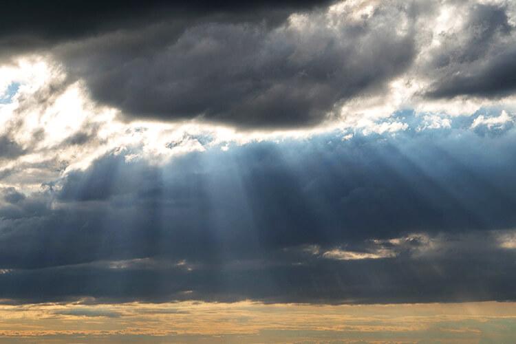 雨上がりの空から差し込む日差し