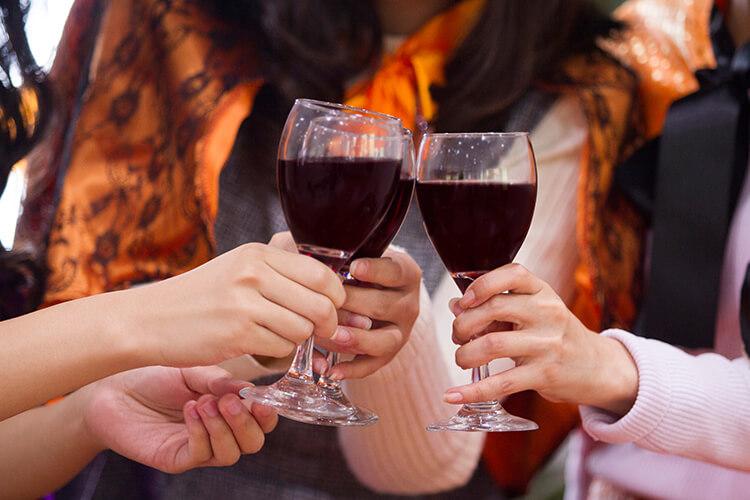 コスプレイベントでお酒片手に乾杯するコスプレイヤー