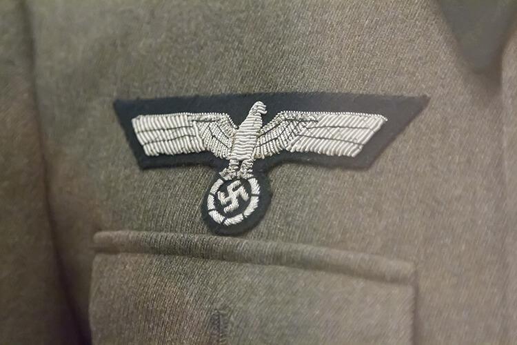 ナチスの制服についているマーク