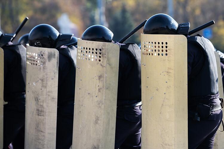 盾とヘルメットで防衛する人たち
