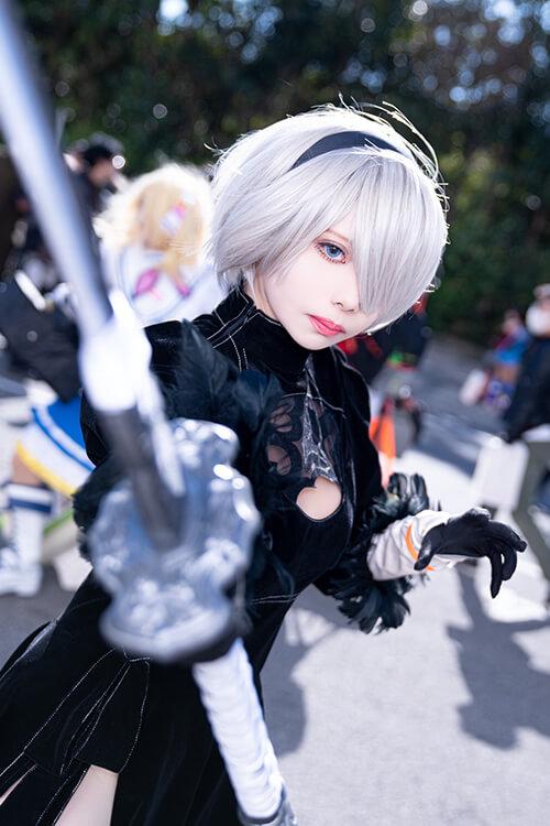 カメラに刀を向けてポーズする「NieR:Automata」の2Bのコスプレをするコスプレイヤーの最弱の山田さん