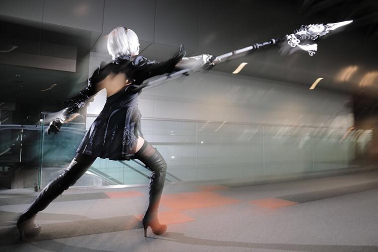 「NieR:Automata」の2Bのコスプレをして動きのあるポーズをするコスプレイヤーの最弱の山田さん