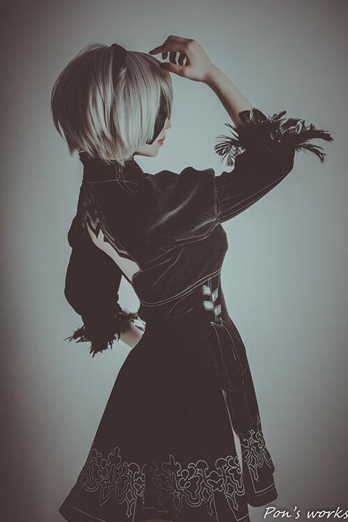 ブラックの背景で撮影した「NieR:Automata」の2Bのコスプレをするコスプレイヤーの最弱の山田さん