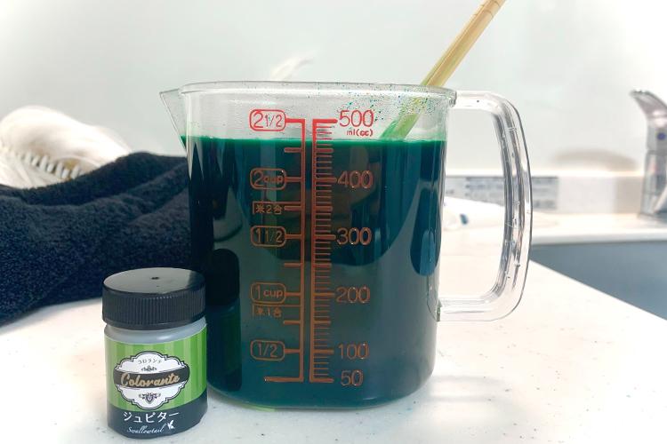コロランテが完全に溶けるように耐熱容器(小)で溶かす