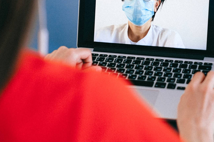 パソコンを前にオンライン撮影会のイメージ