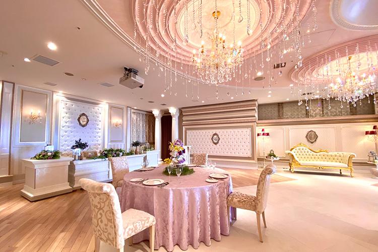 ホテル舞浜ユーラシアのコスプレイベントのピンクがかった会場内の様子