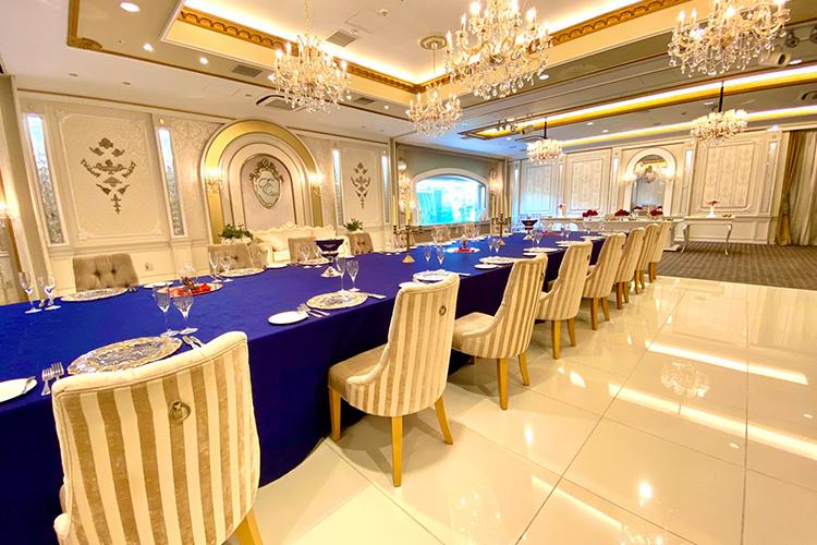 ホテル舞浜ユーラシアのコスプレイベントの長テーブルがある会場内の様子