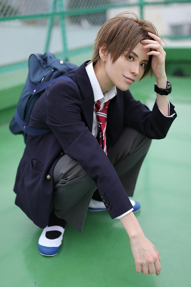 ポートレート撮影で男子学生のコスプレをするコスプレイヤーびぃと。さん