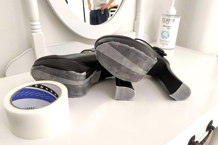 土足厳禁なサクラスタジオ‐新宿曙橋スタジオ‐で靴を利用する場合に靴底に貼ったマスキングテープの様子