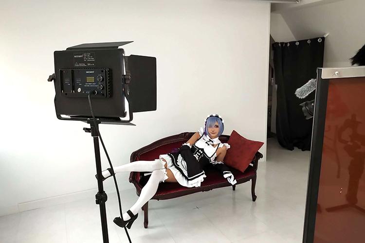 サクラスタジオ‐新宿曙橋スタジオ‐に置いてあるソファーでレムコスプレで撮影