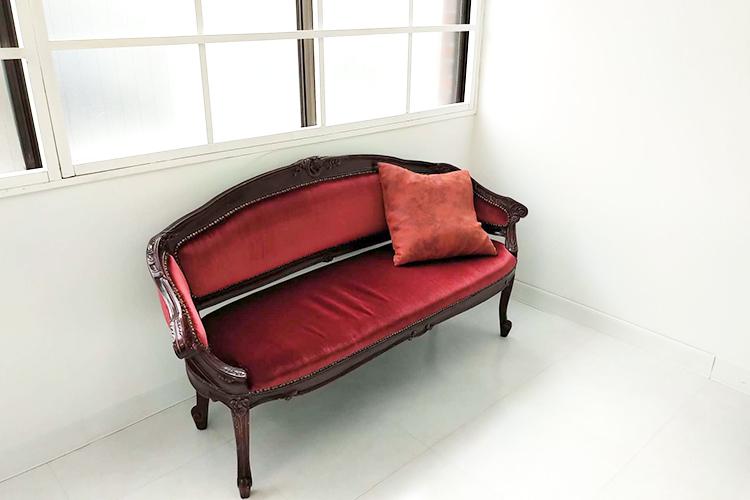 サクラスタジオ‐新宿曙橋スタジオ‐に置いてある赤いソファー