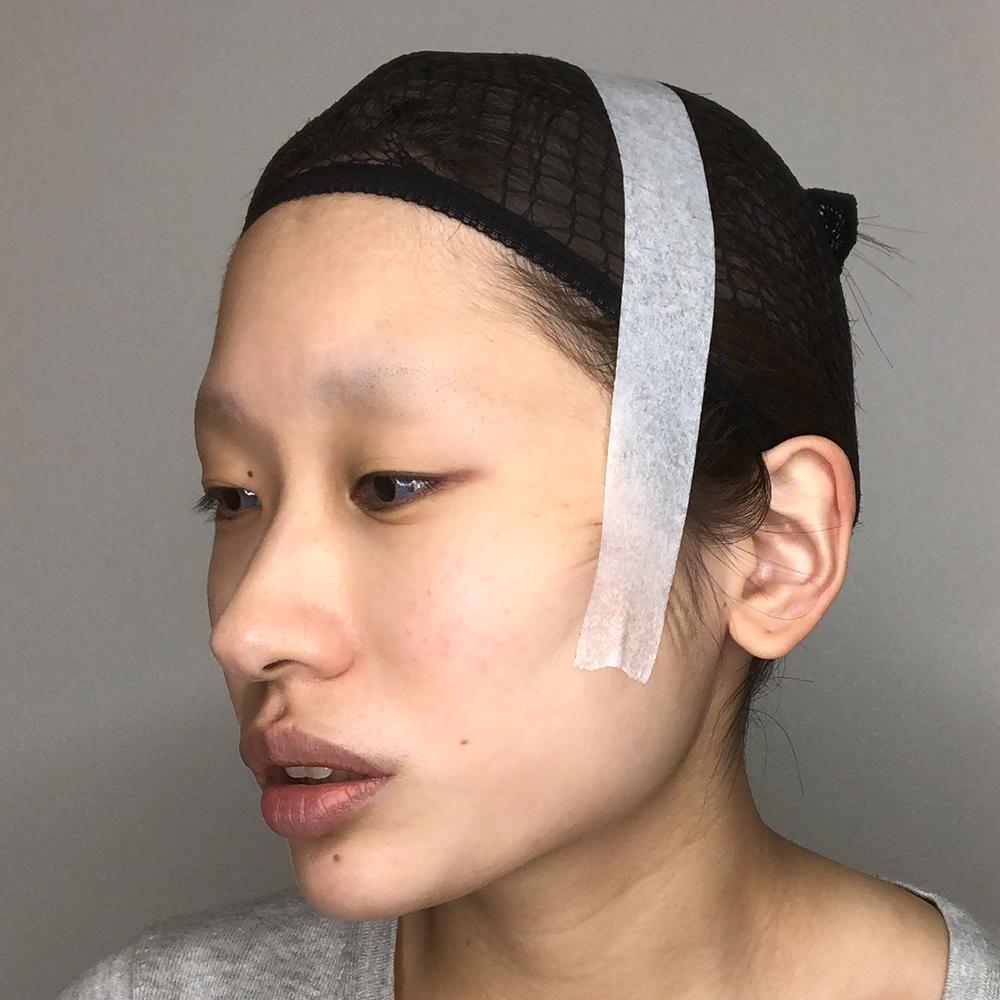 コスプレテーピングのテクニックの耳の下あたりからぐぐっと頭上にもっていく方法