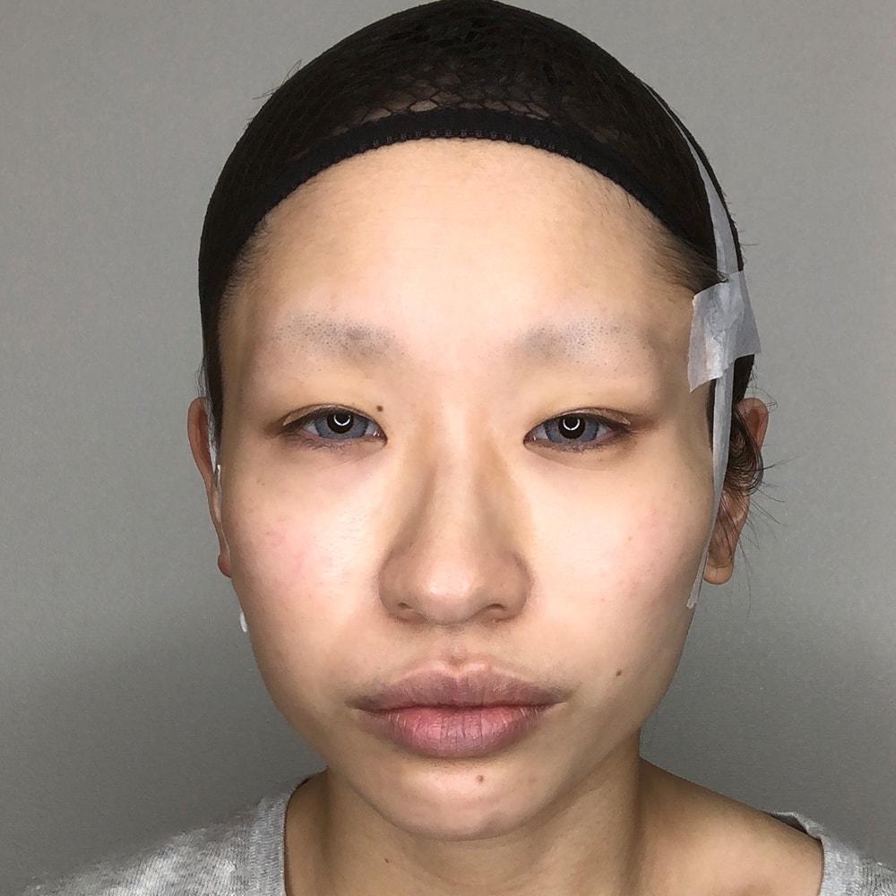 コスプレテーピングのテクニックで左右の目でツリ目と垂れ目を作り正面から見た様子