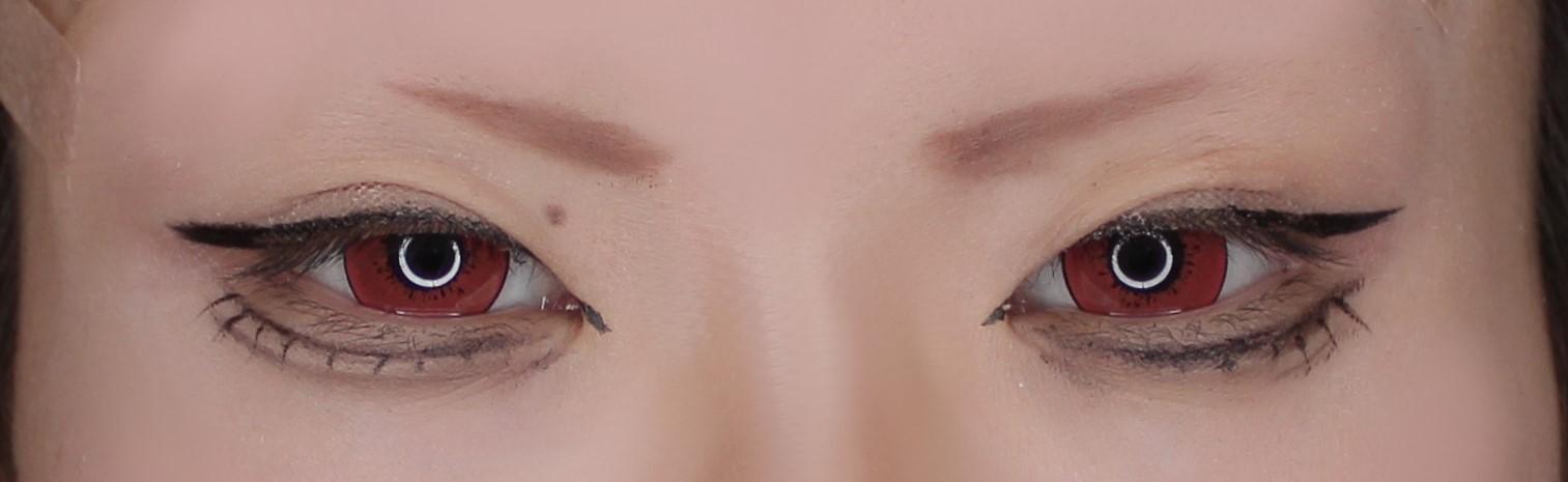 『チェンソーマン』の「パワー」用の眉毛を描くコスプレメイクアップアーティスト綴喜明日香さん