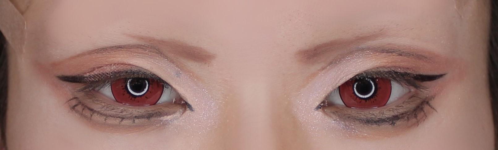 『チェンソーマン』の「パワー」用の目頭にハイライトを入れるコスプレメイクアップアーティスト綴喜明日香さん