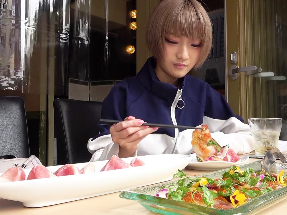 ランチのカルパッチョを食べるロシエル