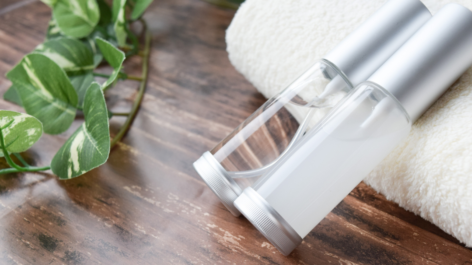 皮脂油を落とすために化粧水で拭き取る
