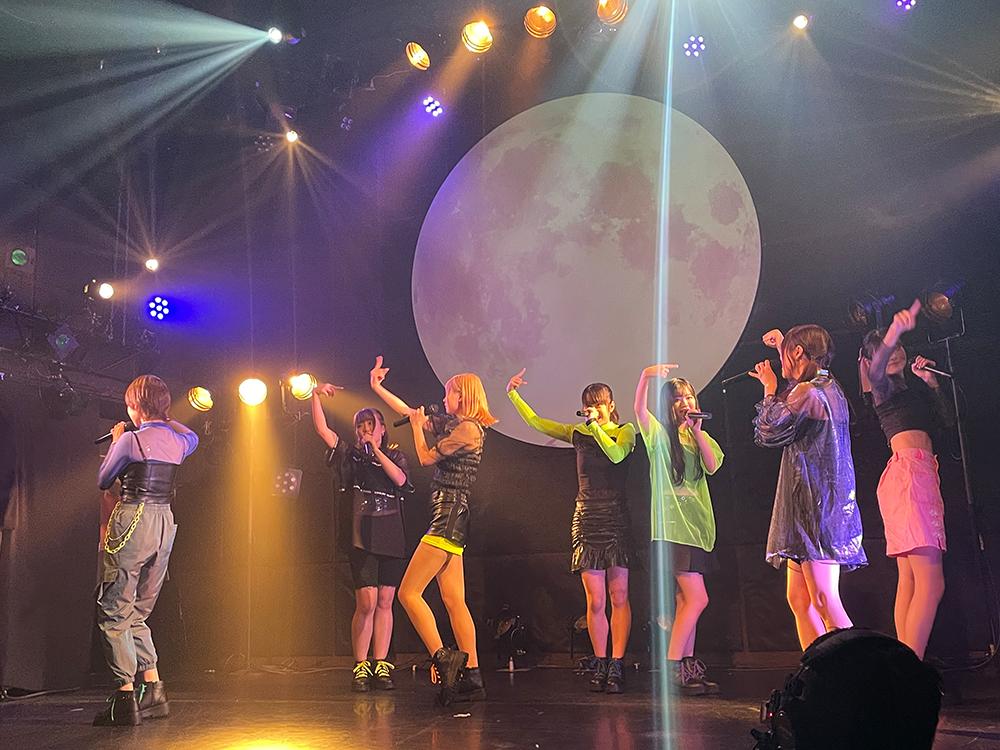 デビューライブで踊る新アイドルグループ『SharLie』