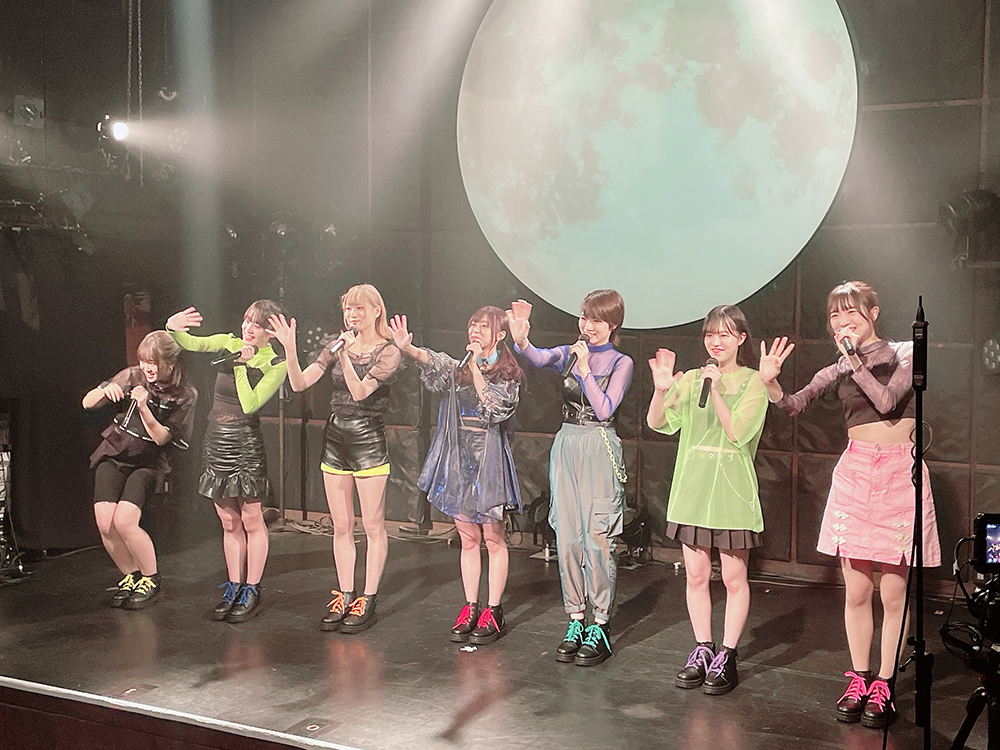 デビューライブで挨拶して手を振る新アイドルグループ『SharLie』