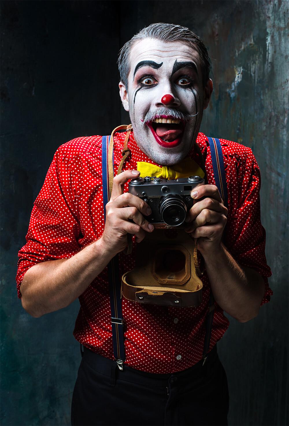 カメラを持つピエロ