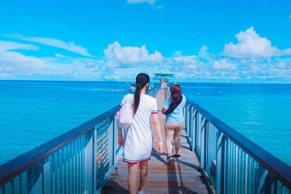 海の上の橋を歩くマミリョシカ