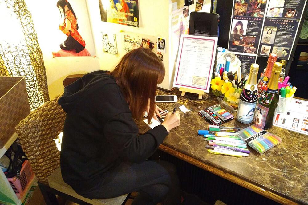 年賀状を書く美羽フローラ