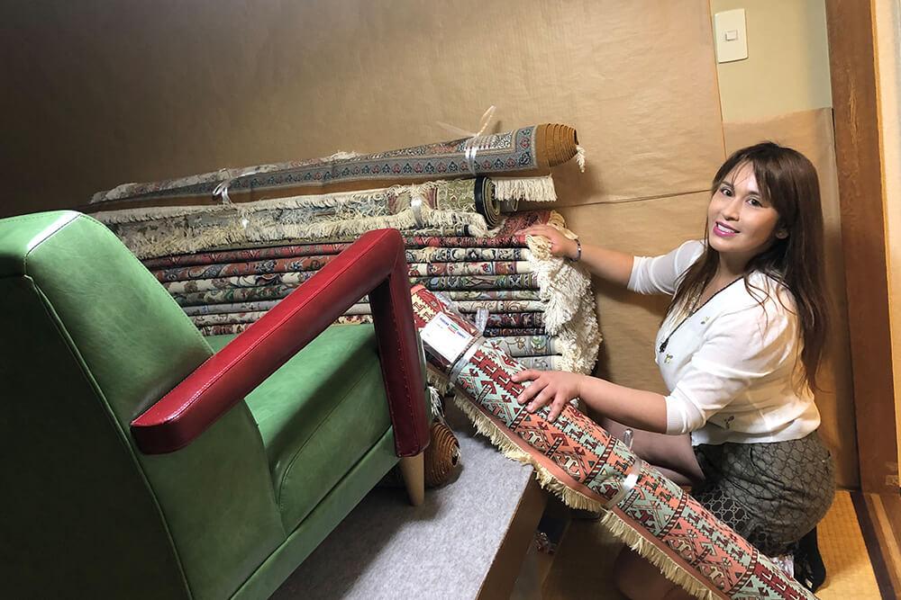 ペルシャ絨毯を販売するコスプレイヤーの痛子さん