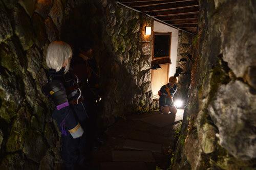 菱野温泉薬師館で撮影するコスプレイヤー