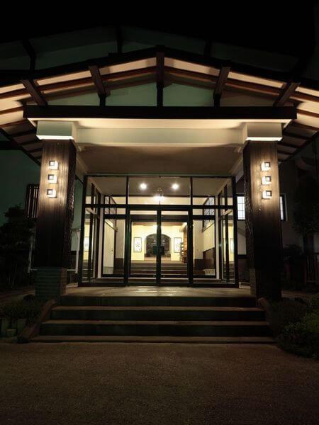 菱野温泉薬師館の外観入口