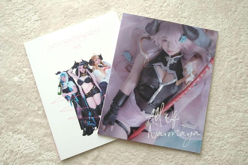 プレゼント用にサインしたコスプレイヤーみぃこさんの写真集