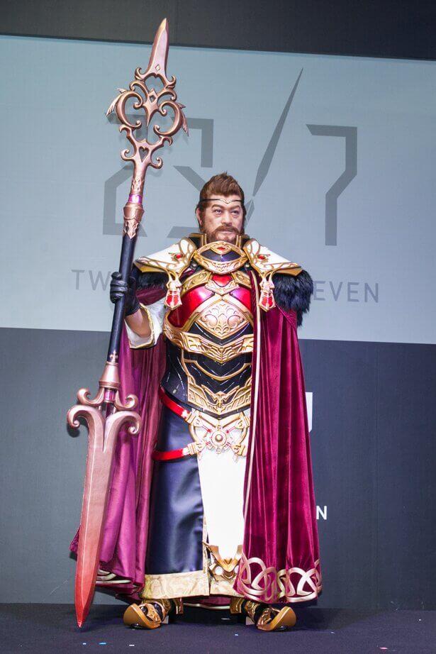 造形師兼コスプレイヤーの五月うさぎさんが作った衣装を着る俳優の松平健さん