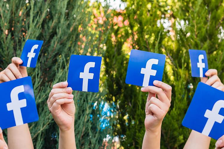 facebookのロゴを掲げた人たち