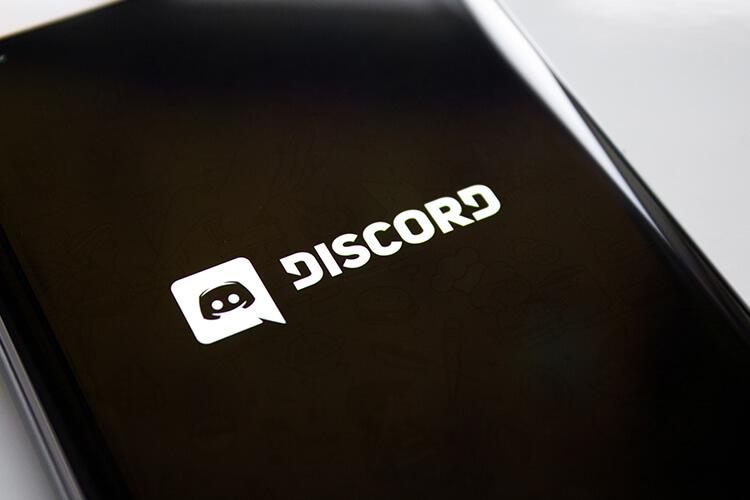 Discordアプリを表示したスマートフォン