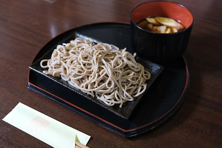 上野駅から徒歩6分のところにある「倭食処かくれんぼ」の肉汁つけそば