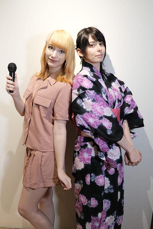 コスプレイヤーのユリコタイガーさんのオフ会にてコスプレイヤーのケーキ姫さんと背中を向け合いツーショット