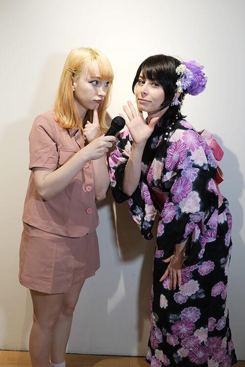 コスプレイヤーのユリコタイガーさんのオフ会にてコスプレイヤーのケーキ姫さんと正面で向かい合ってツーショット